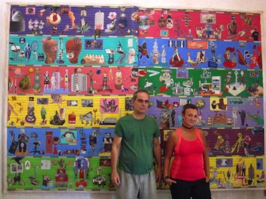 Sandra Ceballos y Alfredo Ramos delante de un collage de Vladimir Llaguno
