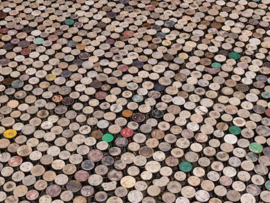 Stools. 6000 taburetes de madera de la Dinastía Qing (1644-1911), diferentes tamaños © Ai Weiwei