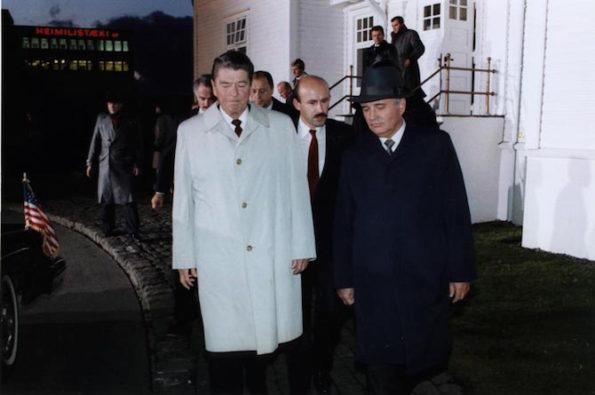 Mijaíl Gorvachov, Pavel Palazchenko y Ronald Reagan en Reykjavik, 1986. Imagen de Fed Govt