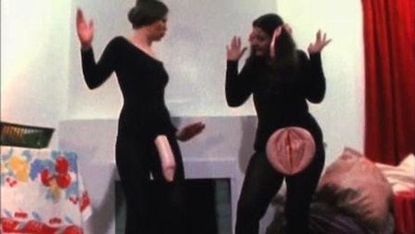 "a) Screenshot de Womanhouse por Johanna Demetrakas (1974). Faith Wilding y Janice Lester, The Cock and Cunt Play, 1972, ""Womanhouse"" proyecto."