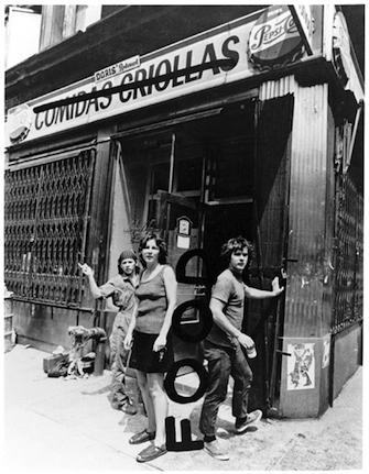 """02_Food.jpg  Fotografía promocional del restaurante """"Food"""", que Gordon Matta-Clark, Suzanne Harris, Tina Girouard, Rachel Lew y Caroline Goodden abrieron en el Soho de Nueva York en 1971"""