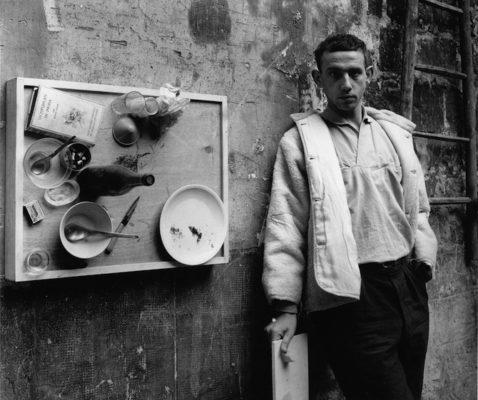 04_Daniel_Spoerri.jpg Daniel Spoerri en su EAT ART Gallery, la galería que el artista abrió en 1970 justo arriba del Restaurante Spoerri. © The J. Paul Getty Trust