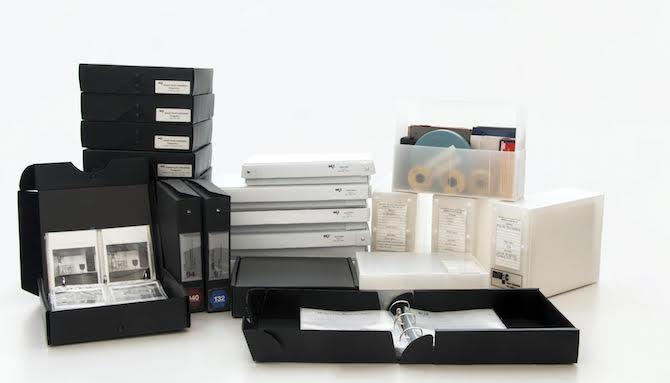 Un detalle del tipo de contenidos (cajas y soportes). Fotografía cortesía Centro de Documentación Arkheia, MUAC UNAM