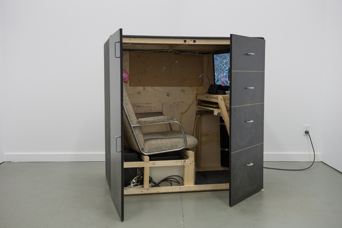 Jon Rafman, Cockpit, 2014, madera, silla, pantalla, HD Video loop: Mainsqueeze (ed. of 3 + 2 AP)