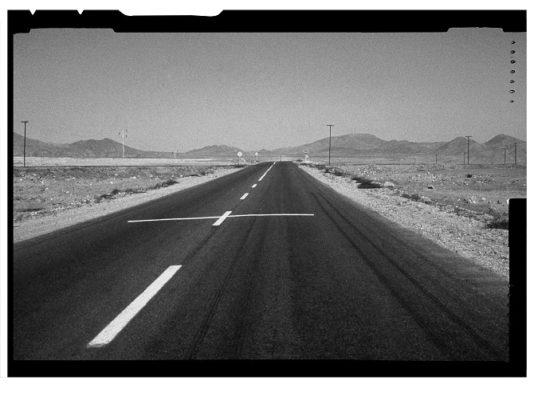 Una milla de cruces sobre el pavimento (desierto de Atacama), 1980. Lotty Rosenfeld. Cortesía: Lotty Rosenfeld.